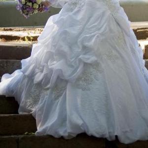 Продам красивое свадебное платье. Цвет белый,  корсет бочонком