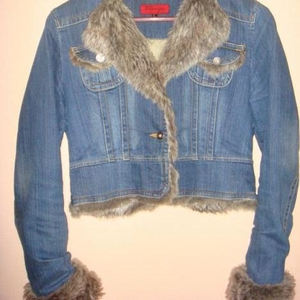 Продам джинсовую куртку с мехом утепленная.