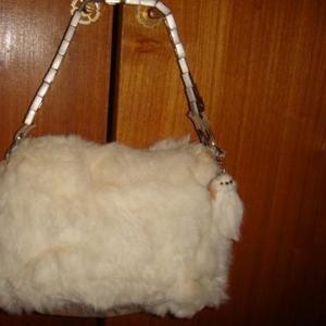 Продам маленькую сумку из белого натурального меха